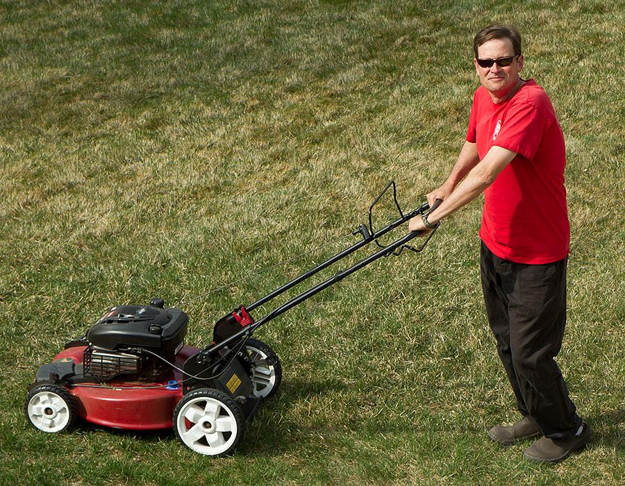 Toro lawn mower cutting grass for Lawn mower cutting grass